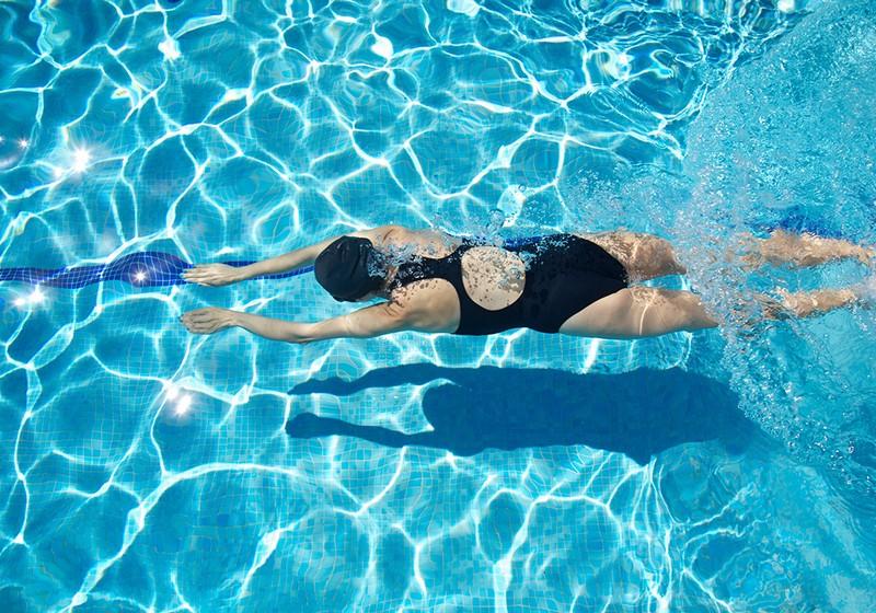 la natacion ayuda al organismo